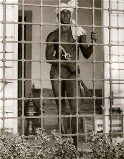 Ευνούχος φυλάει χαρέμι στην Τυνησία το 1931