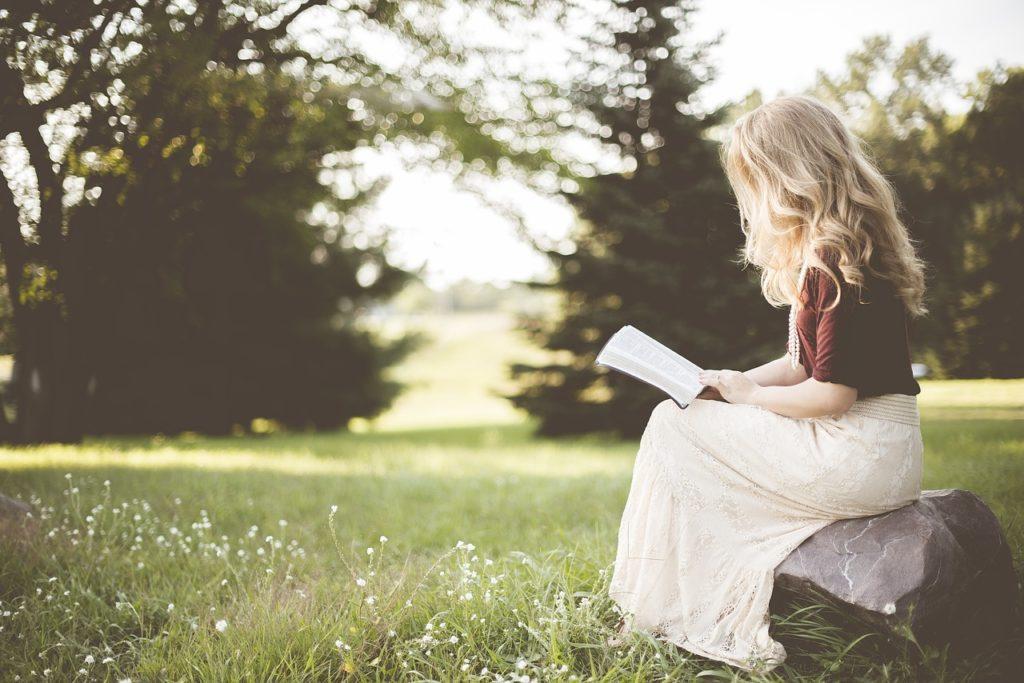 blond-girl-reading-book